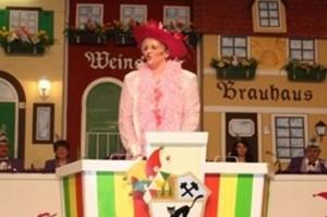 """Auch unsere """"Frau von de Lavals"""" Jutta Laval sorgt für Lacher, wenn sie u.a. als """"Queen Mum"""" oder """"Mädche vom Land"""" auftritt."""